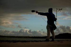 Um estranho objeto humano em meio ao litoral alagoano